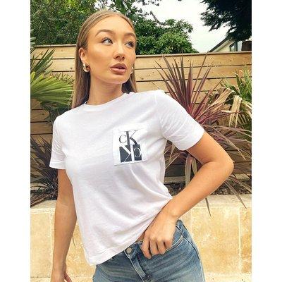 Calvin Klein – T-Shirt mit logoverzierter Tasche in Weiß