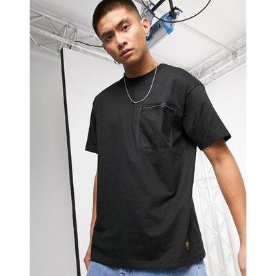 Carhartt WIP – Kurzärmliges Military-T-Shirt mit Tasche aus Netzstoff in Schwarz