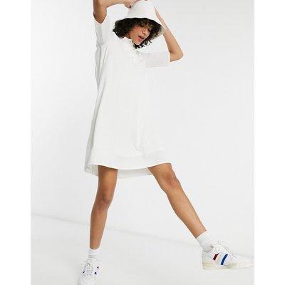 Lacoste – Plissiertes Kleid in Weiß