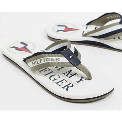 Tommy Hilfiger – WeißeZehenstegsandalen mit Logo den Strand