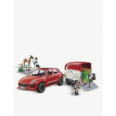 Porsche Macan GTS with horse trailer