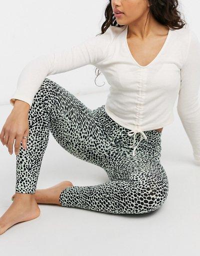 Pigiami Multicolore donna Pigiama con maglietta a maniche lunghe e ruches sul davanti e leggings color crema e leopardato - ASOS DESIGN - Multicolore
