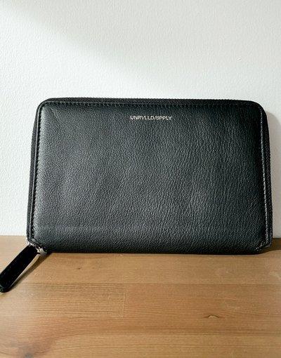 Portafoglio Nero uomo Portafoglio da viaggio in pelle nera con portamonete e logo in rilievo - ASOS Unrvlld Spply - Nero