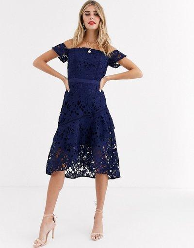 Navy donna Vestitino in pizzo blu navy con scollo alla Bardot e fondo morbido - Chi Chi London