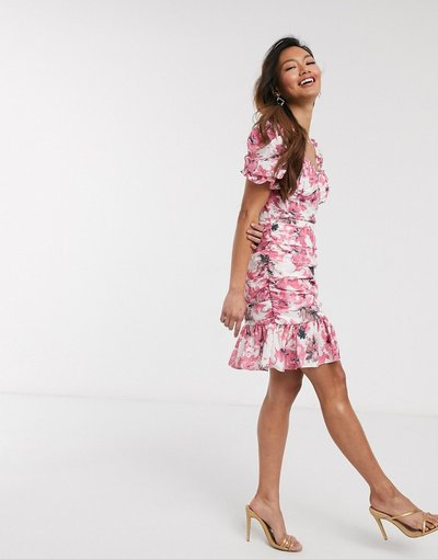 Multicolore donna Vestito corto con maniche arricciate e ruches rosa a fiori - In The Style x Fashion Influx - Multicolore
