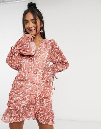 Multicolore donna Vestito a portafoglio con arricciature maniche a palloncino e stampa cachemire color corallo - In The Style x Saffron Barker - Multicolore