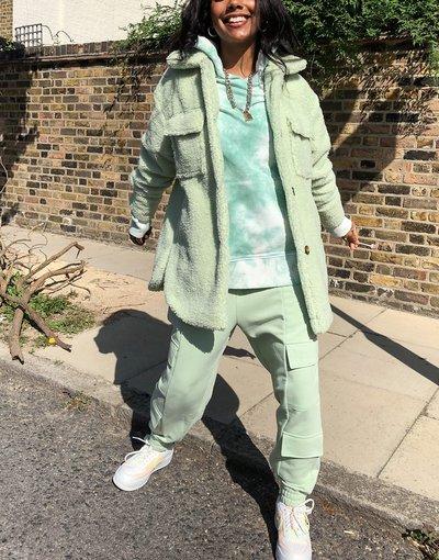Verde donna Camicia giacca trucker taglio lungo in pile borg verde salvia - Missguided