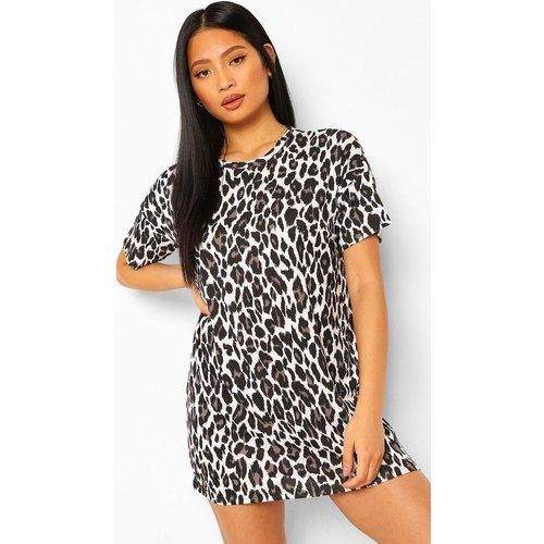 Petite Leopard T-Shirt Dress - boohoo - Modalova