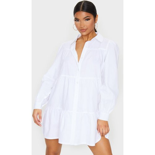 Robe chemise blanche volantée manches longues - PrettyLittleThing - Modalova