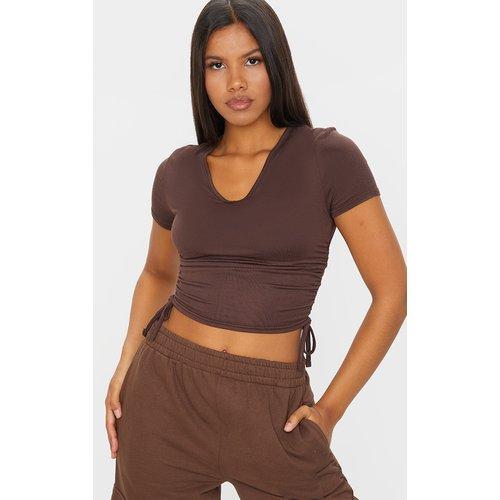 T-shirt en jersey marron à détail froncé et col en V - PrettyLittleThing - Modalova