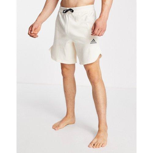 Adidas - Short de yoga à logo ton sur ton - Beige - adidas performance - Modalova