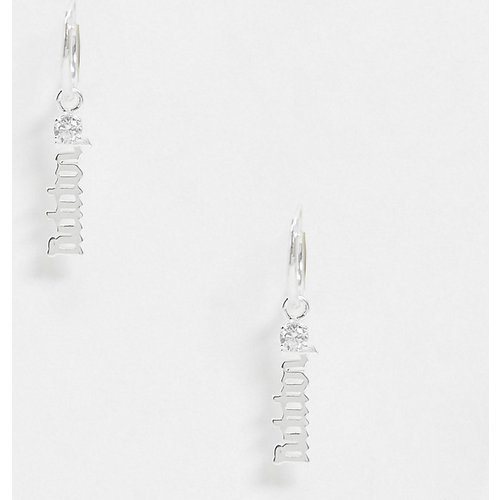Boucles d'oreilles style créoles avecbreloque Happy en caractères gothiques - Argent massif - ASOS DESIGN - Modalova