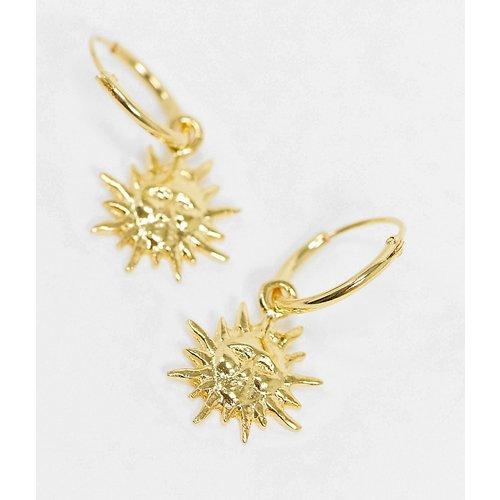 Boucles d'oreilles style créoles en argent massif plaqué or avec breloque motif soleil - ASOS DESIGN - Modalova