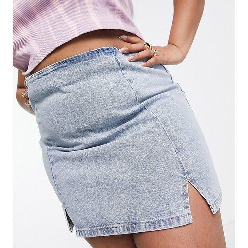 ASOS DESIGN Curve - Mini-jupe en jean fendue sur le devant - délavé moyen - ASOS Curve - Modalova
