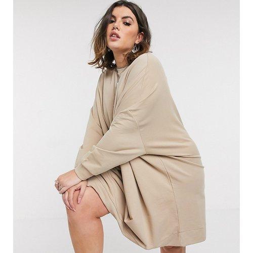 ASOS DESIGN Curve - Robe sweat courte oversize - Camel - ASOS Curve - Modalova