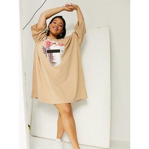 ASOS DESIGN Curve - Robe t-shirt oversize à imprimé visage graphique - Fauve - ASOS Curve - Modalova