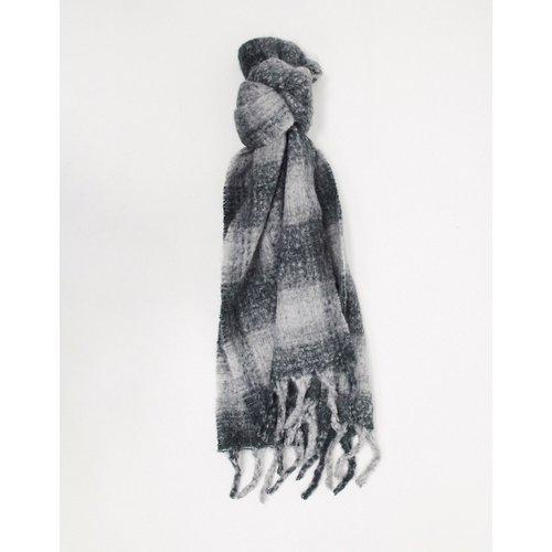 Écharpe longue et duveteuse en laine mélangée avec carreaux ton sur ton - Gris - ASOS DESIGN - Modalova