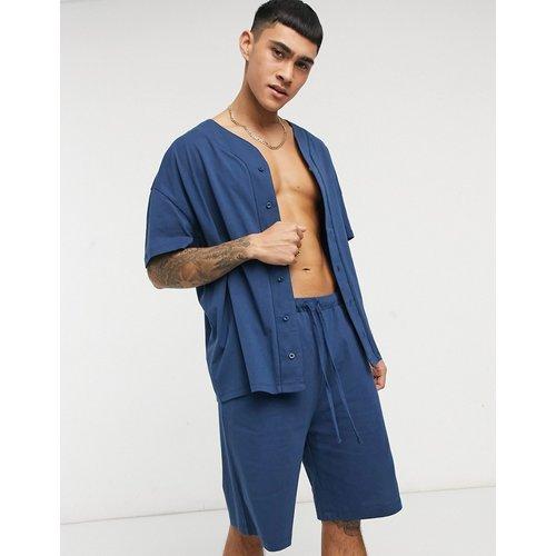 Ensemble de pyjama confort avec haut style maillot de baseball et short - ASOS DESIGN - Modalova
