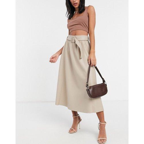 Jupe mi-longue effet cuir avec ceinture - Beige - ASOS DESIGN - Modalova
