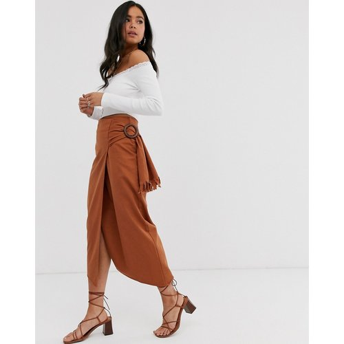 Jupe mi-longue en jean avec ceinture à boucle sur le côté - ASOS DESIGN - Modalova