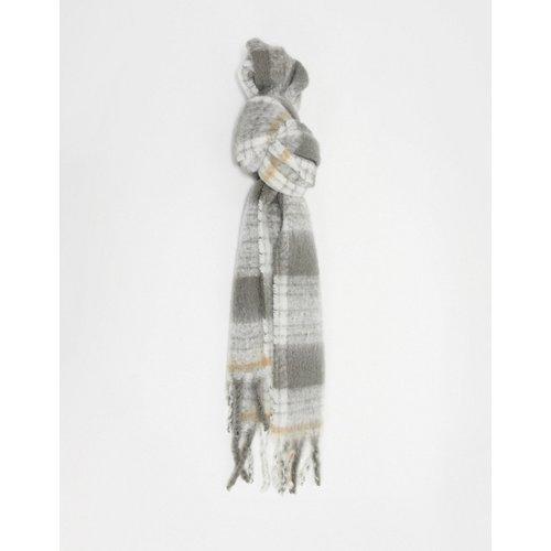 Longue écharpe duveteuse en laine mélangée à carreaux - Camel et gris - ASOS DESIGN - Modalova