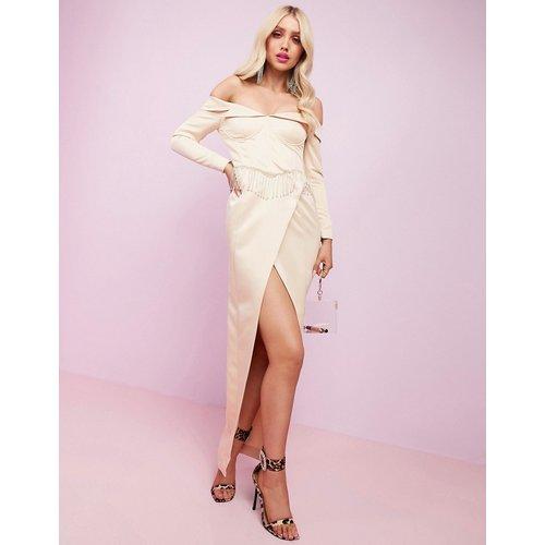 ASOS DESIGN - Luxe - Robe longue épaules dénudées en satin de première qualité avec fente et bordure frangée ornée - ASOS Luxe - Modalova
