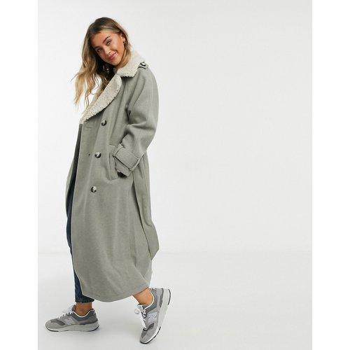Manteau long à ceinture et col imitation peau de mouton - Champignon - ASOS DESIGN - Modalova