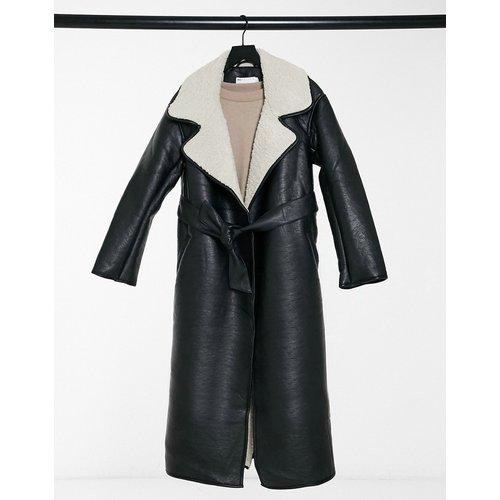 Manteau long ceinturé en imitation cuir - et crème - ASOS DESIGN - Modalova
