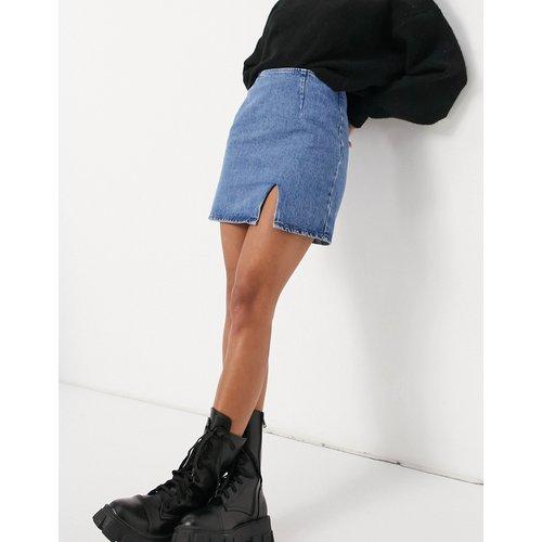 Mini-jupe en jean fendue sur le devant - Délavage moyen - ASOS DESIGN - Modalova