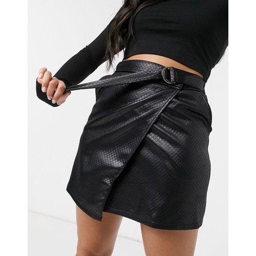 Mini-jupe matelassée effet cuir à ceinture avec boucle en D - ASOS DESIGN - Modalova