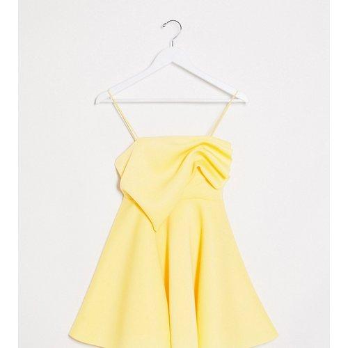 ASOS DESIGN Petite - Exclusivité - Robe courte patineuse caraco avec détails plissés - Citron - ASOS Petite - Modalova