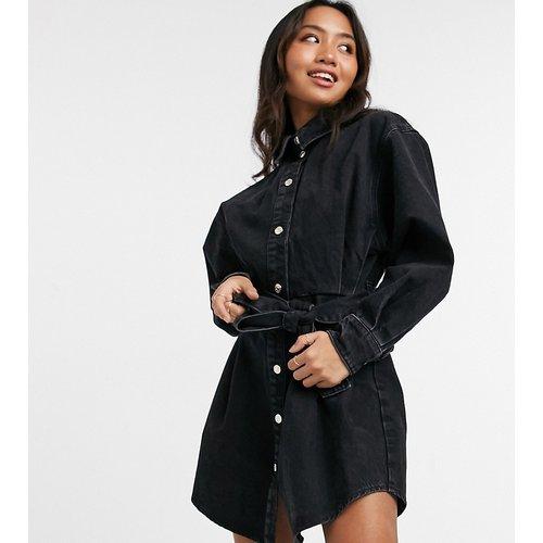 ASOS DESIGN Petite - Robe chemise oversize en denim avec ceinture - délavé - ASOS Petite - Modalova