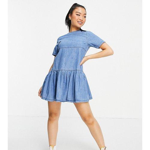 ASOS DESIGN Petite - Robe t-shirt babydoll en jean souple - Délavage moyen - ASOS Petite - Modalova