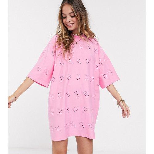 ASOS DESIGN Petite - Robe t-shirt brodée super oversize - ASOS Petite - Modalova