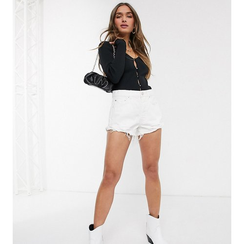 ASOS DESIGN Petite - Short en jean taille mi-haute déchiré - ASOS Petite - Modalova