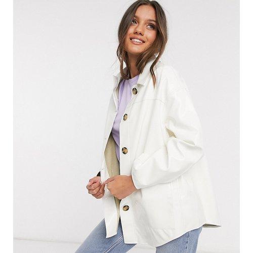 ASOS DESIGN Petite - Veste en vinyle style chemise - Crème - ASOS Petite - Modalova