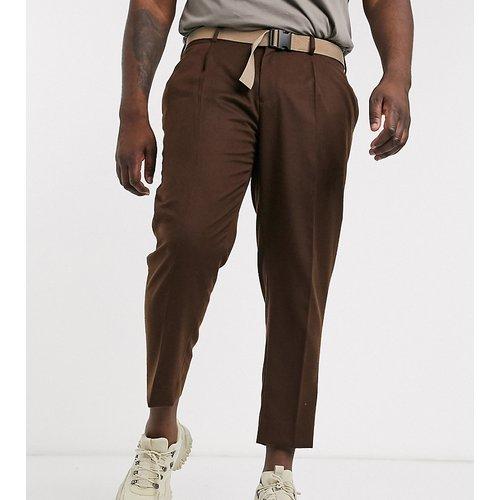 Plus - Pantalon slim habillé coupe courte avec ceinture et effet texturé - Marron - ASOS DESIGN - Modalova