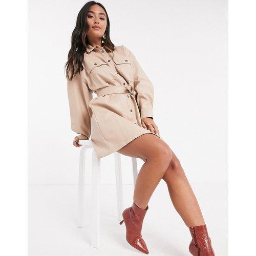 Robe chemise courte boutonnée en imitation cuir avec ceinture - Taupe - ASOS DESIGN - Modalova