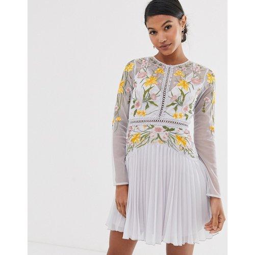 Robe courte à jupe plissée avec empiècements en dentelle et broderie fleurie - ASOS DESIGN - Modalova