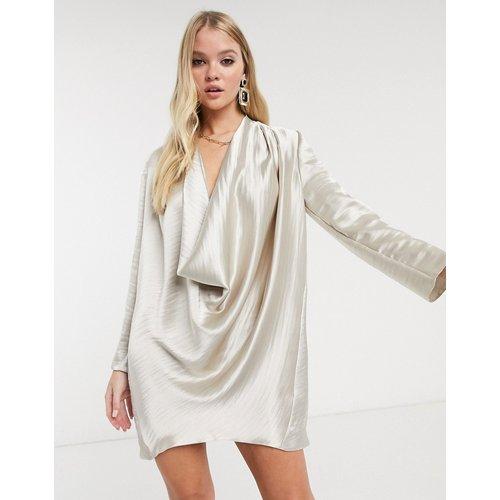 Robe courte droite en satin ultra brillant avec col bénitier - Champagne - ASOS DESIGN - Modalova