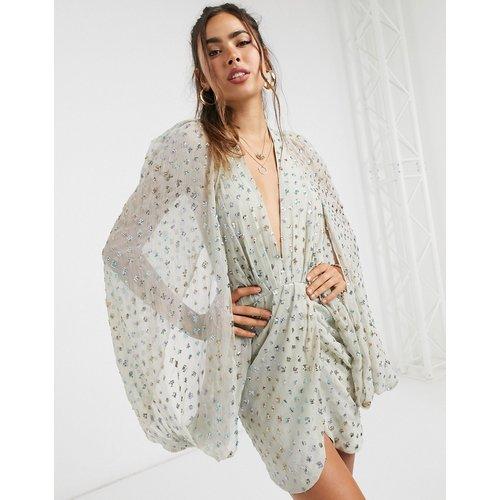 Robe courte ornée de sequins avec mancherons et jupe portefeuille - ASOS DESIGN - Modalova