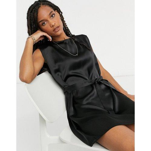 Robe droite courte en satin à épaulettes - ASOS DESIGN - Modalova