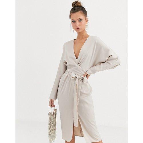 Robe mi-longue en satin à manches chauve-souris et ceinture nouée - ASOS DESIGN - Modalova