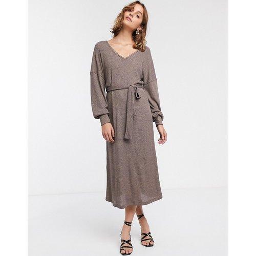 Robe mi-longue oversize côtelée aspect chiné à manches longues avec ceinture - Marron - ASOS DESIGN - Modalova