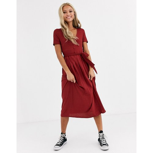 Robe plissée mi-longue texturée avec ceinture - ASOS DESIGN - Modalova