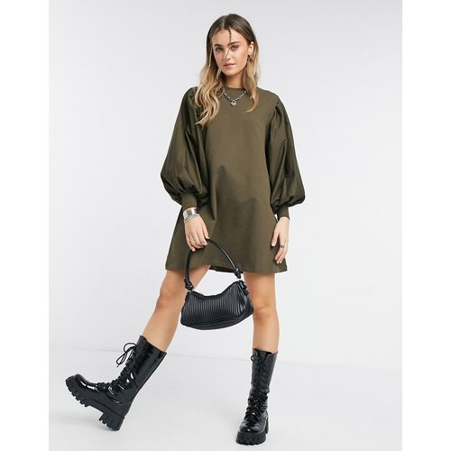 Robe sweat courte à manches bouffantes - Kaki - ASOS DESIGN - Modalova