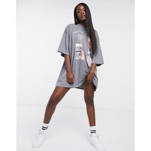 Robe t-shirt oversize avec imprimé photographique - foncé - ASOS DESIGN - Modalova