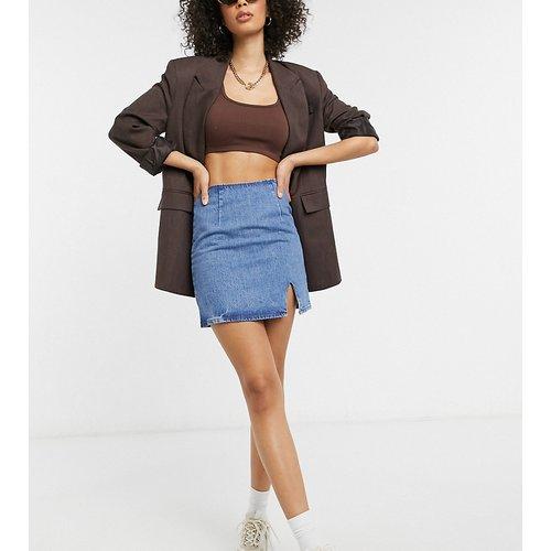 ASOS DESIGN Tall - Mini-jupe en jean à délavage moyen et fendue sur le devant - ASOS Tall - Modalova