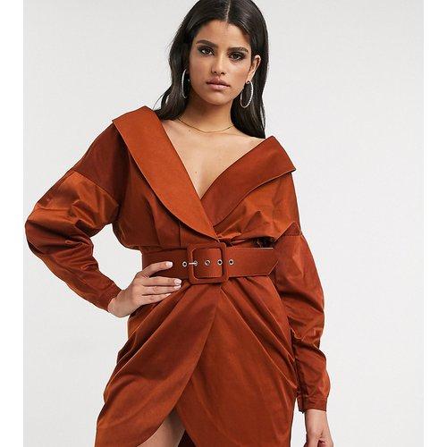 ASOS DESIGN Tall - Robe smoking courte à épaules dénudées avec ceinture et effet froncé - Rouille - ASOS Tall - Modalova