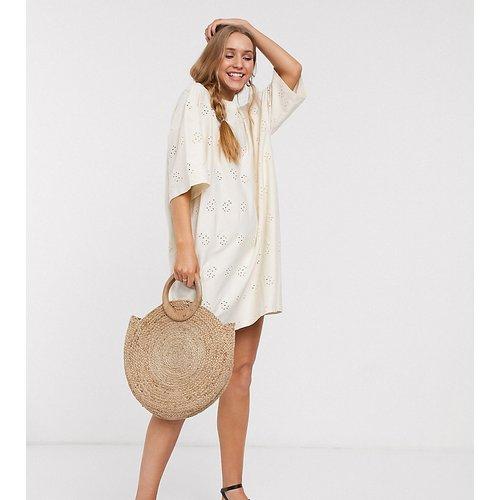 ASOS DESIGN Tall - Robe t-shirt brodée ultra oversize - Crème - ASOS Tall - Modalova